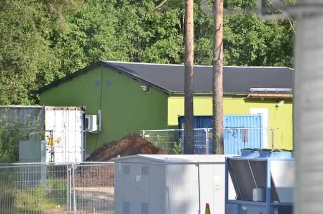 """das grüne Haus zum Mälzen, davor der """"white peat"""" Haufen"""